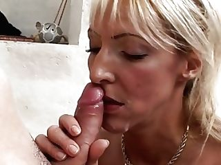 Euro Mummy Eva Takes A Fountain In The Locker Room